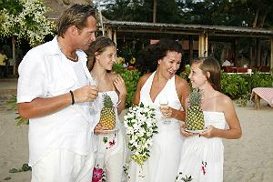 Moa (till höger) och storasyster Hanna var tärnor när Micke och Lena gifte sig.