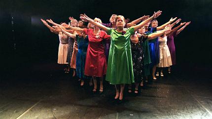 En grupp damer står på scen för första gången i sitt liv