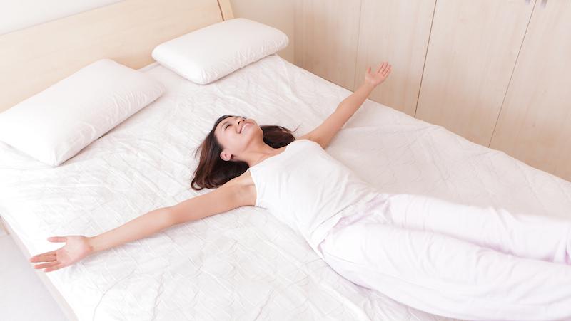 kliar på kroppen i sängen