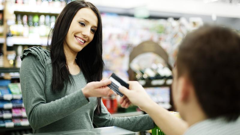 Kvinna betalar med kort.