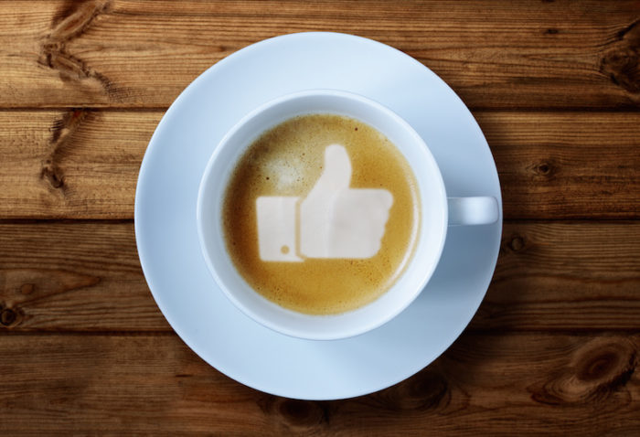 Facebook-tumme i kaffe