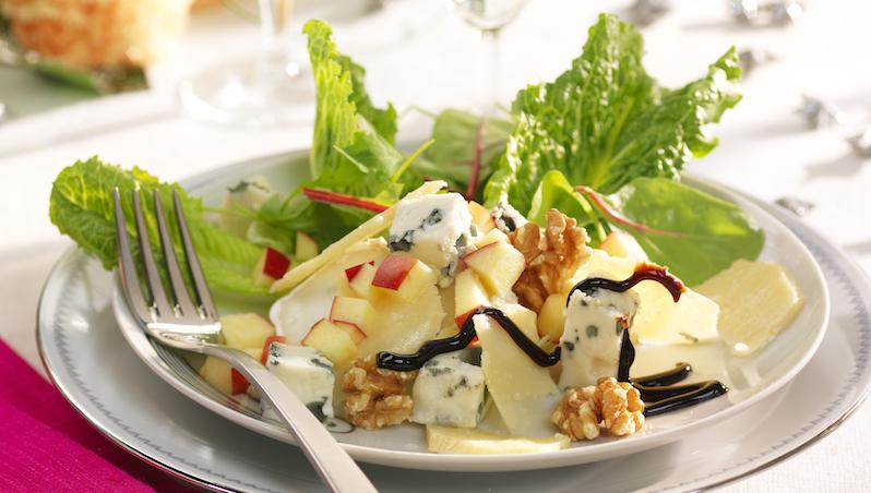 Getost, parmesan och ädelost i sällskap med sallad, valnötter och äpple.