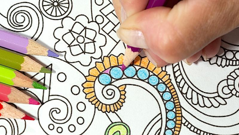 Kvinna som färglägger ett mönster.