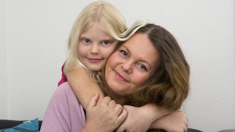 Som ett mirakel vaknade plötsligt Tilda och skrämde mamma Lotta rejält när hon drog av pulsmätaren från fingret. Foto: Drago Prvulovic