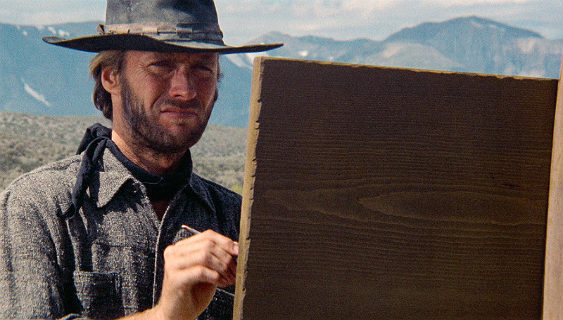 En revolverman (Clint Eastwood) kommer till en liten ort och blir hyrd att skydda ortsbefolkningen mot tre förbrytare som närmare sig staden. Foto: SVT