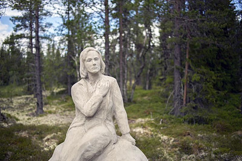 Garbo statyn, Statue of Integrity, sittandes ifred i skogen. Skapad av konstnären Jón Leifsson.