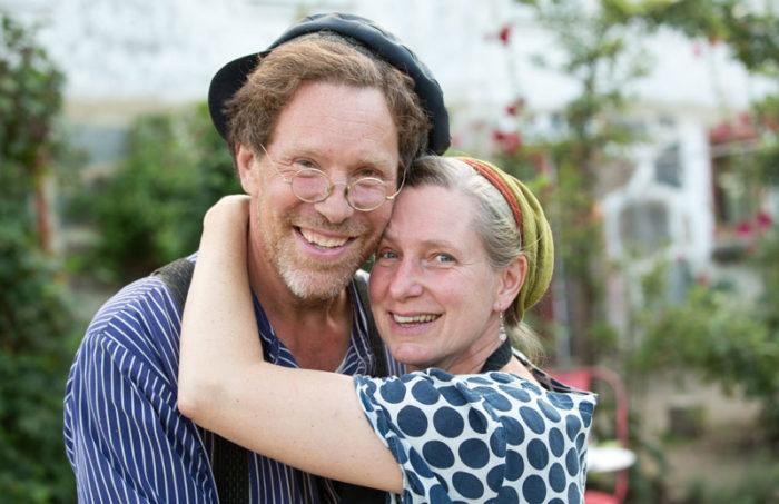 """Paret Mandelmann berättar om kärleken till varandra i säsongsavslutningen av """"Mandelmanns gård"""". Bild: IBL Bildbyrå"""