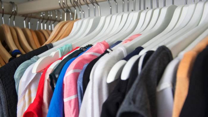 Städa ur garderoben med jämna mellanrum och tvätta alltid kläderna innan du stuvar undan dem för säsongen.