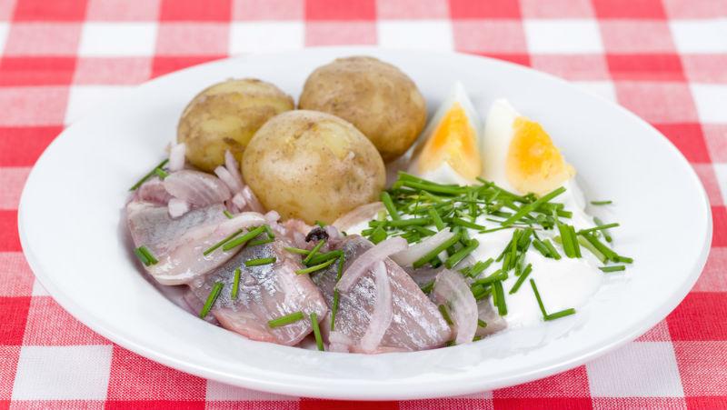 Matjessill med potatis, ägg och gräddfil.