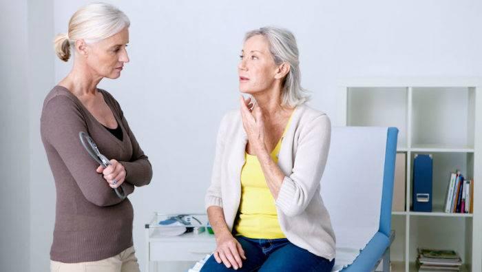 Två kvinnor i mottagningsrummet hos läkaren