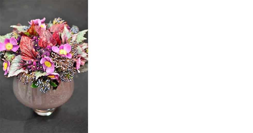 Den här buketten bygger på bladbegonians vackra blad i kombination med höstanemoner, bärkvistar och saintpaulia.