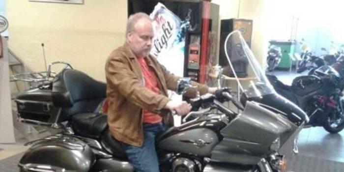 Arnold Lewin på en motorcykel.