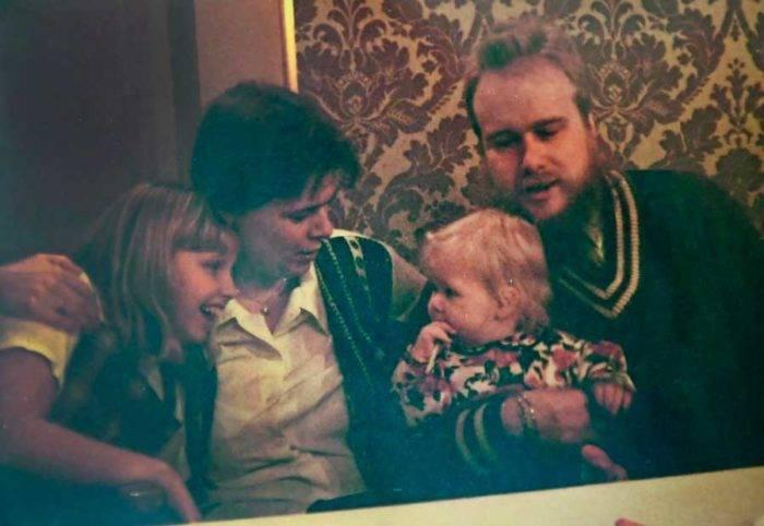 Avfotograferat foto på Ingrid och Arnold, tillsammans med barnen Alexandra och Louise.