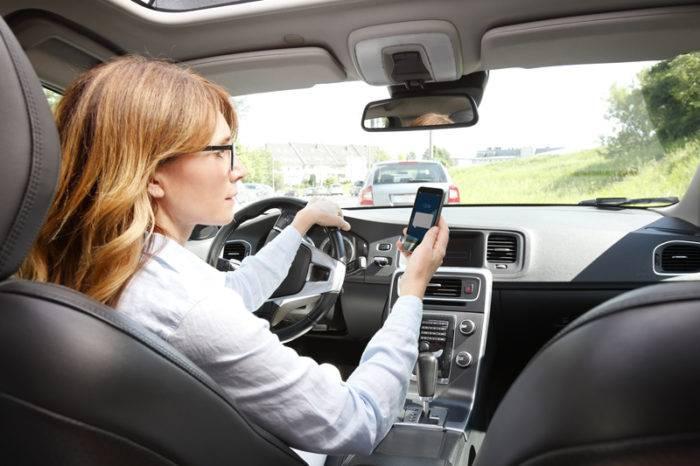 Man får inte ha mobilen i bilen.