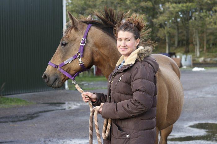 Sarah Watkins hamnade under sin häst och fick svåra skador.