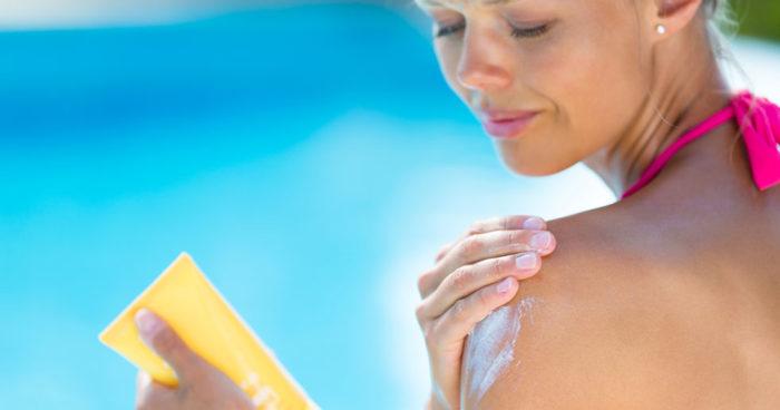UV-strålar tränger in i huden och bryter ner cellernas DNA. Detta kan undvikas genom regelbunden insmörjning med solskyddsfaktor.