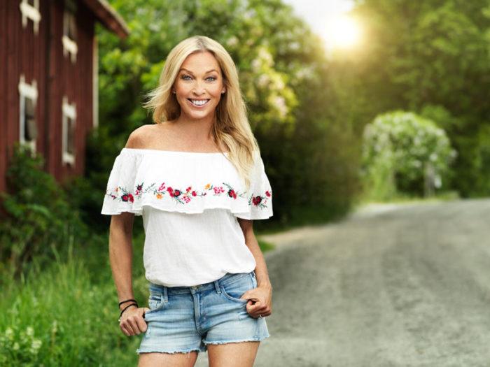 Linda Lindorff är programledare för Bonde söker fru som har premiär den 5 april 2018 i TV4.