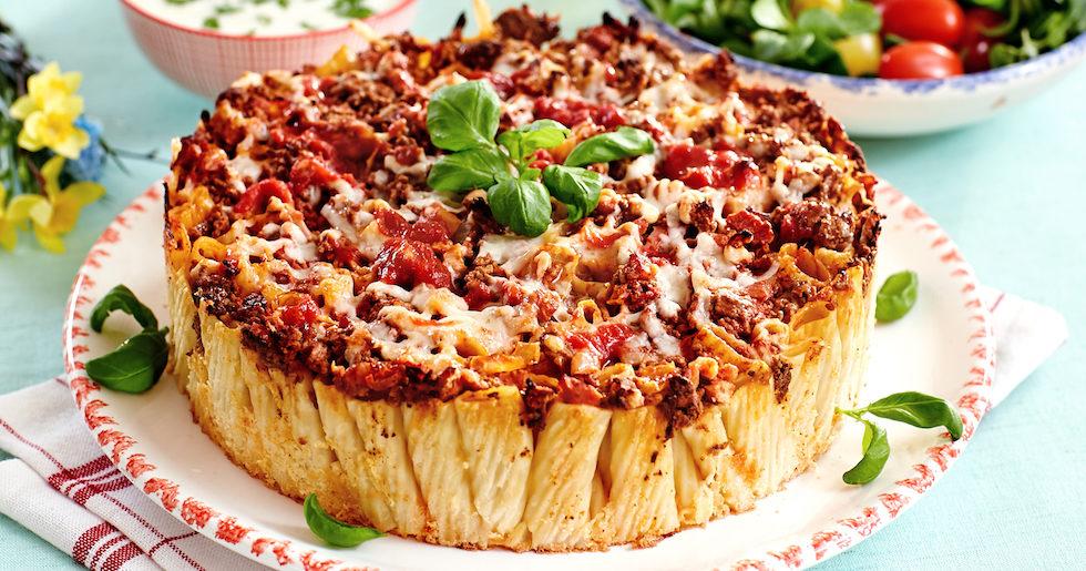 Pasta på festligt sätt! I en form och med köttfärs, bacon och ost.