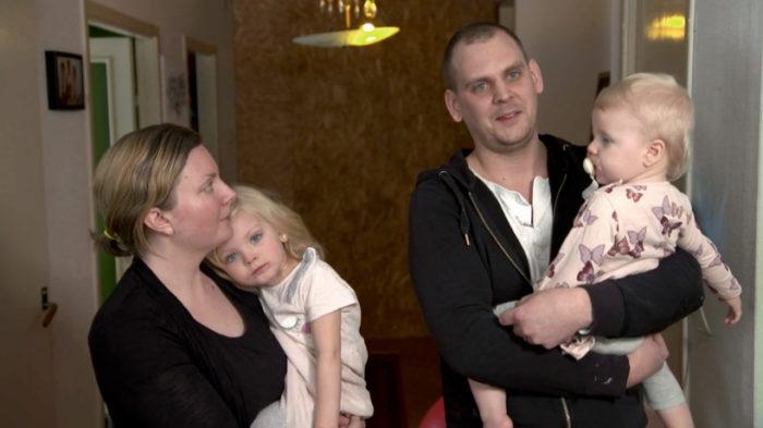 Sara och Oscar med barnen Juni och Lii. Husdrömmarna fick stå på vänt när läkarna berättade att Lii skulle behöva en hjärttransplantation. Bild: Kanal5