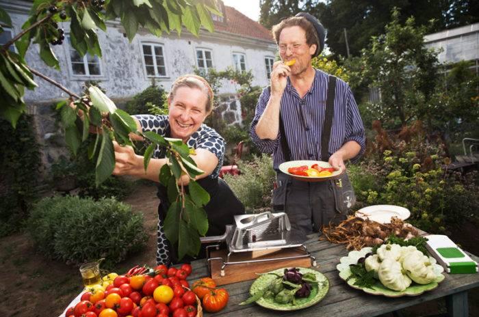 Marie och Gustav Mandelmann i Mandelmanns trädgårdar i Rörum på Österlen.