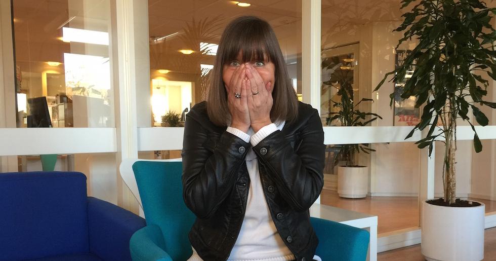 Rädd kvinna med händerna för ansiktet