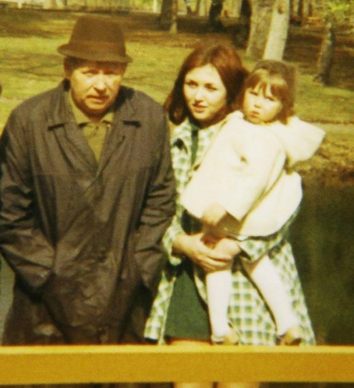 Mariana med sin pappa och dottern hon fick som 15-åring.