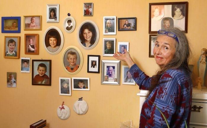 Mariana visar väggen i sovrummet med foton på alla barn och barnbarn.