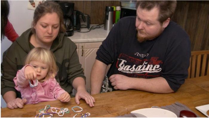 Sandra pärlar armband för att få in pengar till ALS-forskning