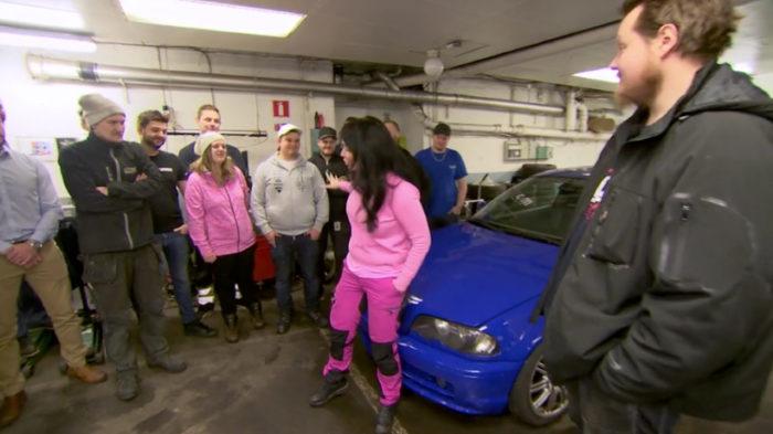 """Kompisarna ställer upp och fixar Rickhards bil i """"Sofias änglar"""""""