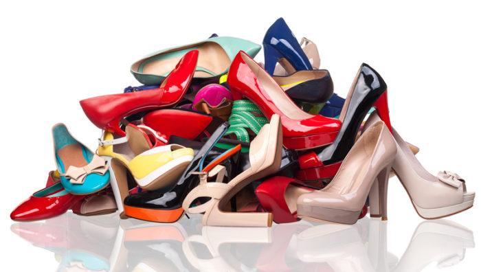 En hög med högklackade skor i olika färger.