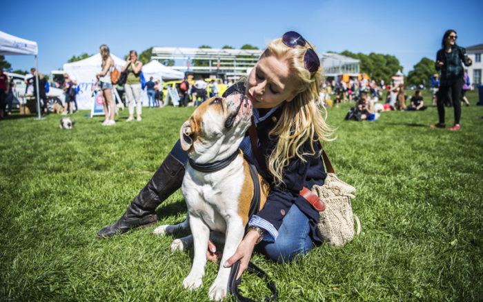 Johanna Lind tillsammans med hennes och Anders Bagges hund Iris.