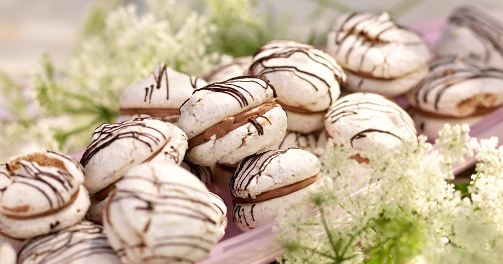 Baka supergoda maränger med både hassenötter och mandel. Lägg samman med med god chokladfyllning i mitten.
