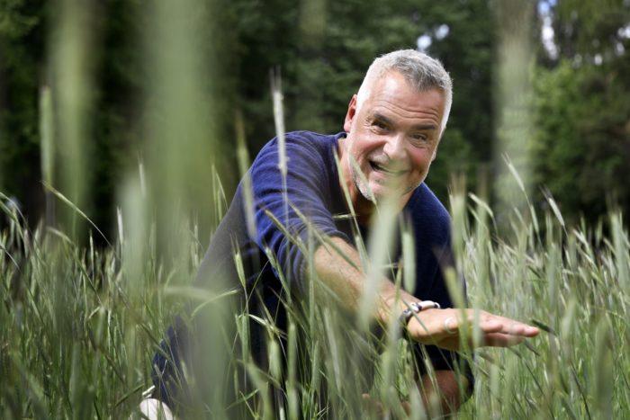 Ernst Kirchsteiger kikar fram bakom gräs i juni 2018.