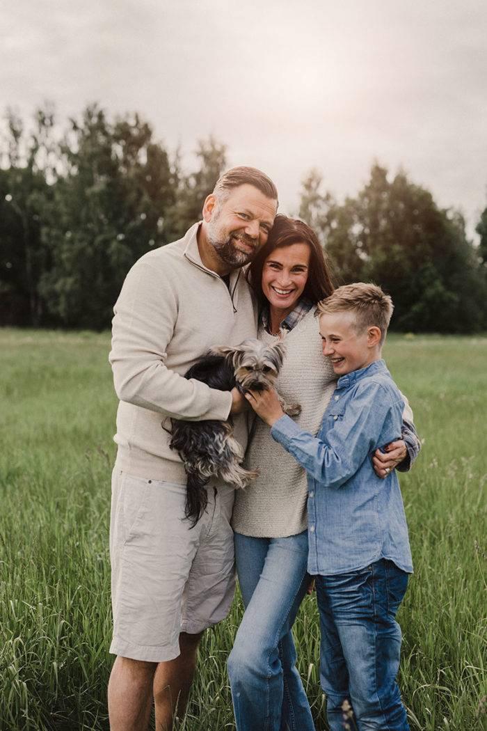 Sara tillsammans med Uffe, sonen Leon och familjens hund.