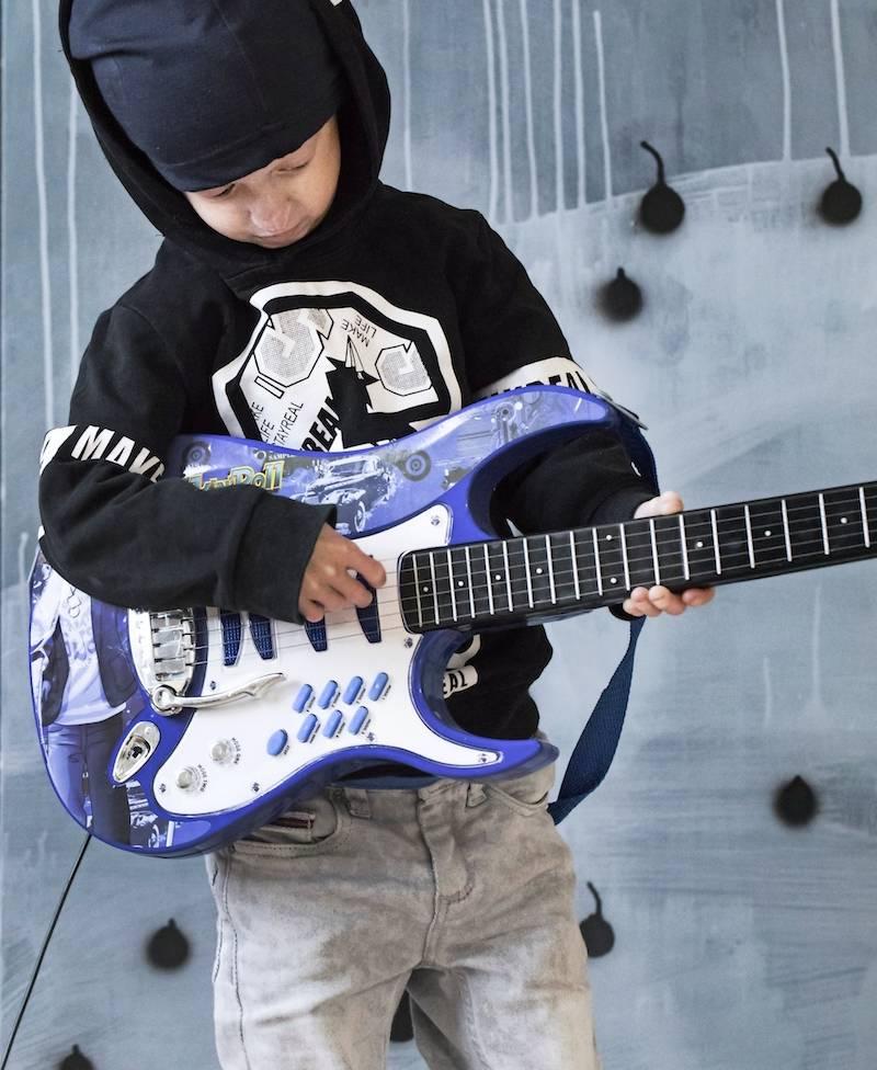 Miles gillar att spela gitarr.