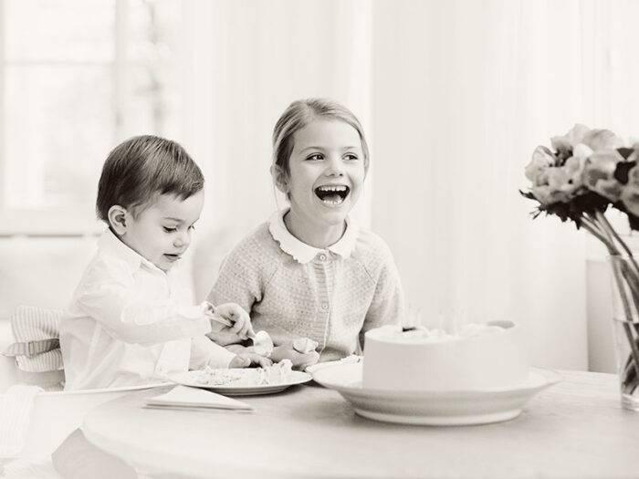 Prinsessan Estelle och prins Oscar äter tårta på Estelles 6-årsdag!