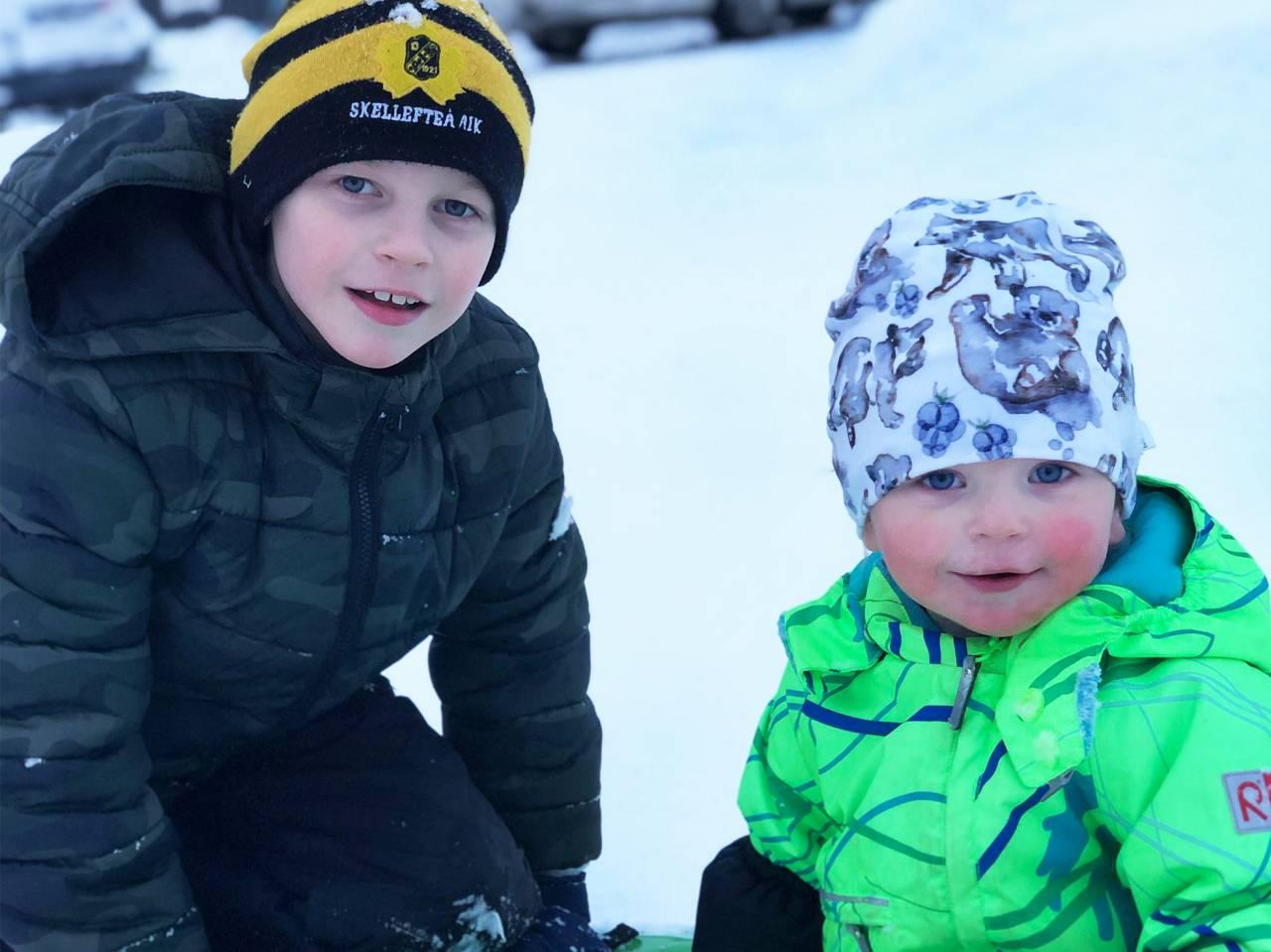 Till vänster sitter sonen Kevin, till höger sitter sonen Milon.