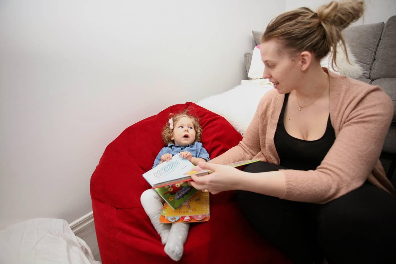 Mamma Karoline läser för Elly.