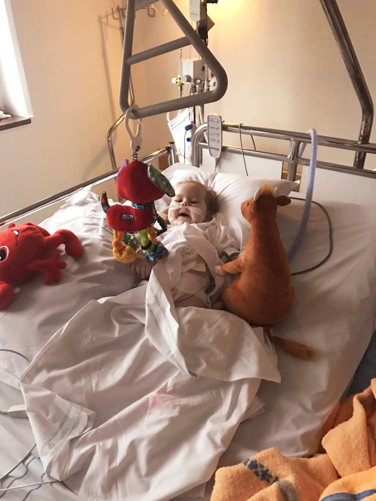 Elly på sjukhuset.