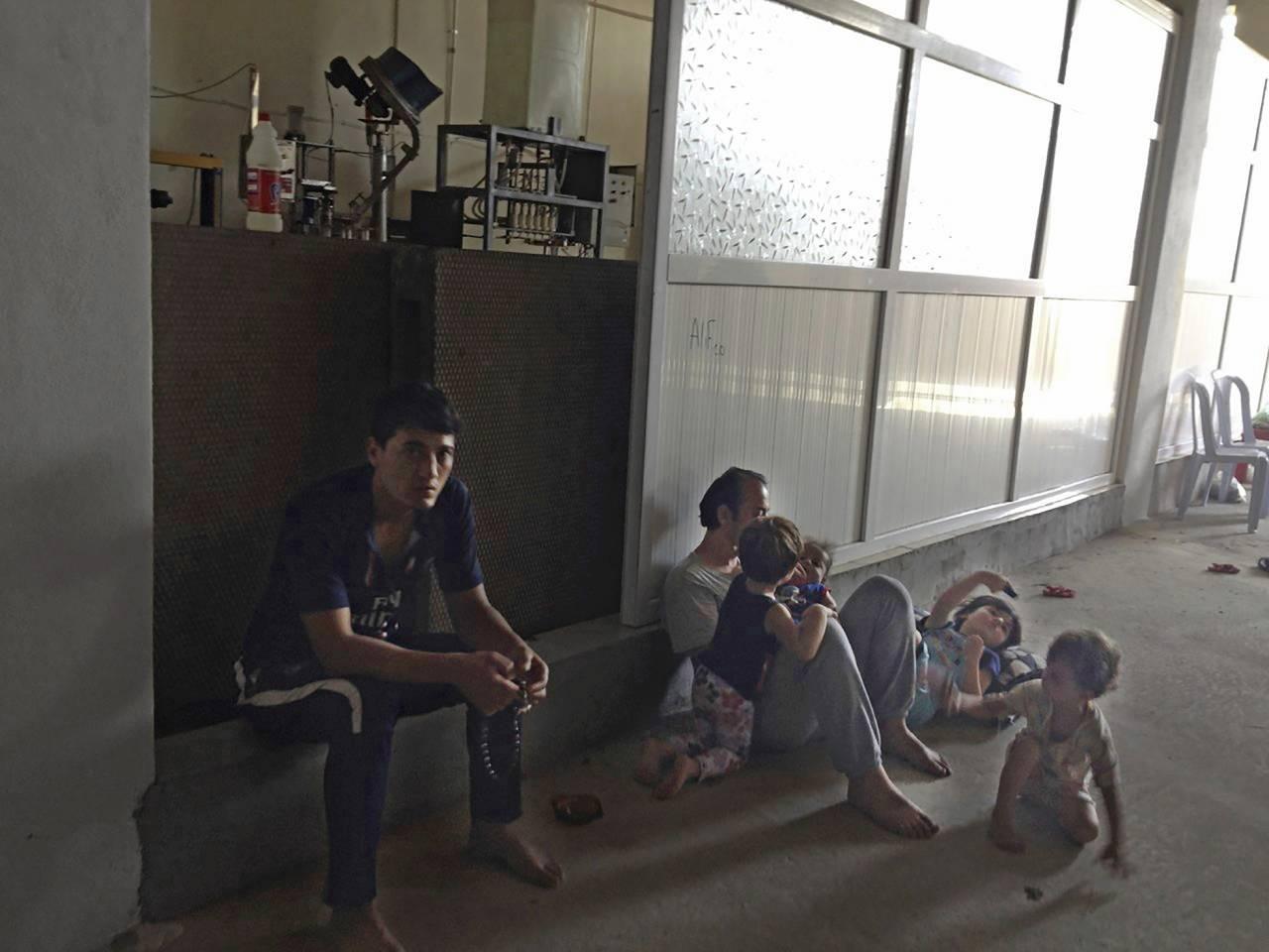 Under några veckor gömde sig Firas med sin fru Rawya samt barnen Maxim och Enana i en gammal fabrik.