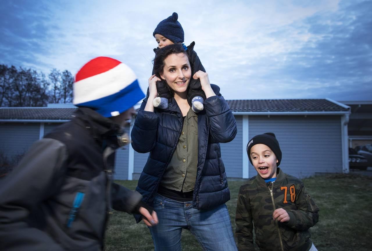 Humormamman Nicole leker med sina söner.