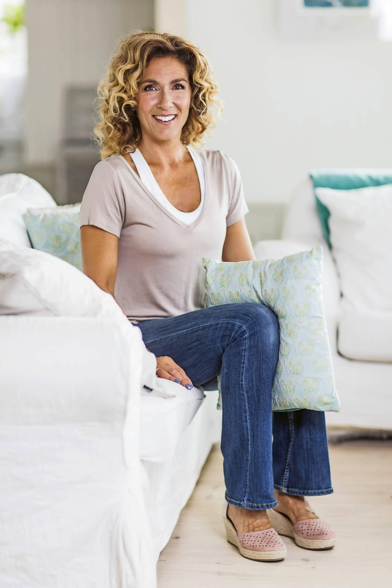 Leila Söderholm visar övning med kudde