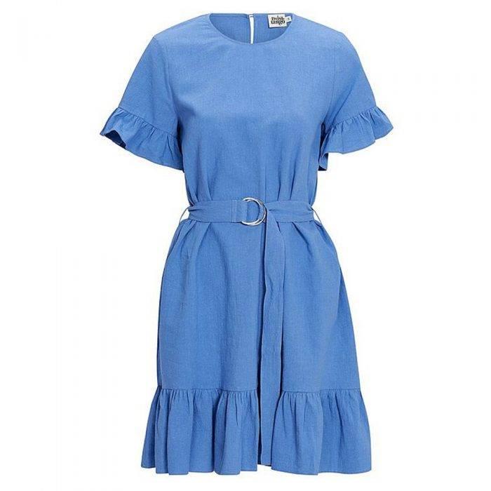 Blå halvkort klänning med skärp i midjan och volangdetaljer