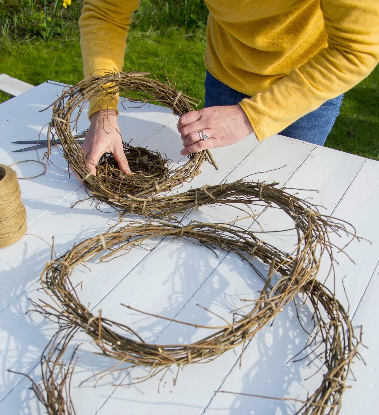 Kvinna binder ihop grenar