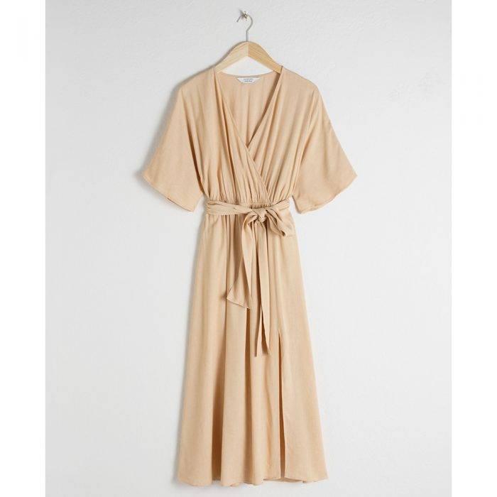 Ljus beige halvlång klänning med knytrosett i midjan