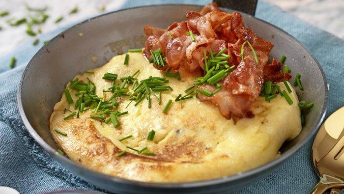 Skånsk äggakaka med bacon och lingon –serverad i panna.