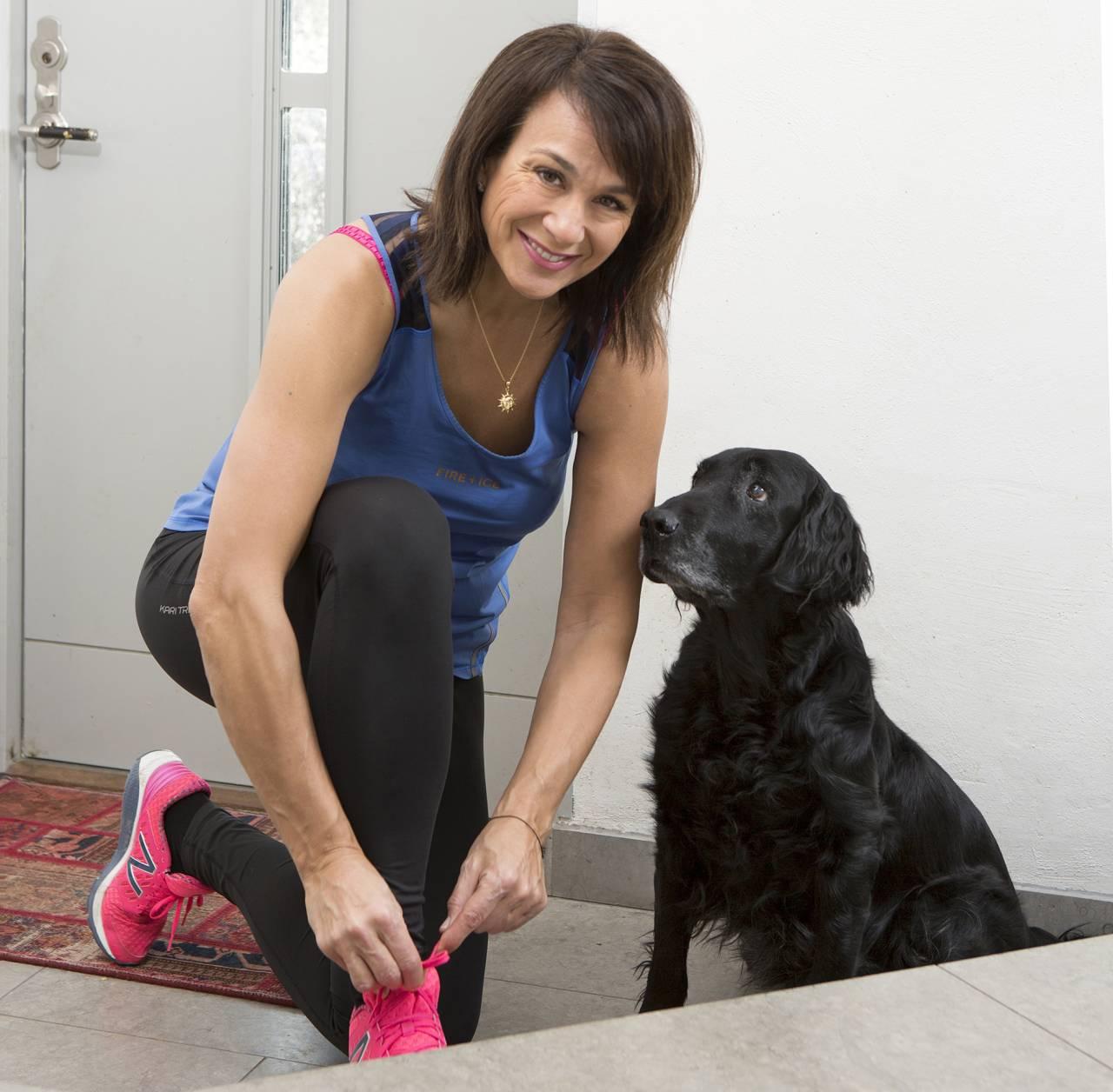 Alexandra Zazzi i träningskläder med sin hund