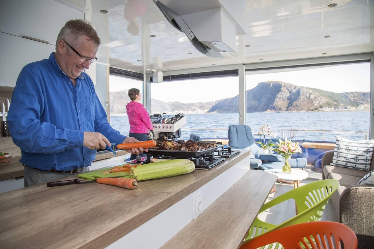 Jens lagar mat I köket på husbåten