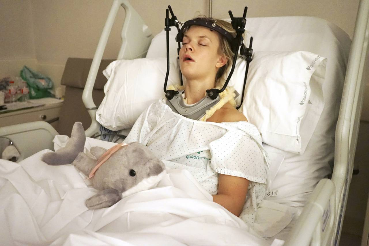 Matilda ligger i sjukhussäng med någon form av nackställning