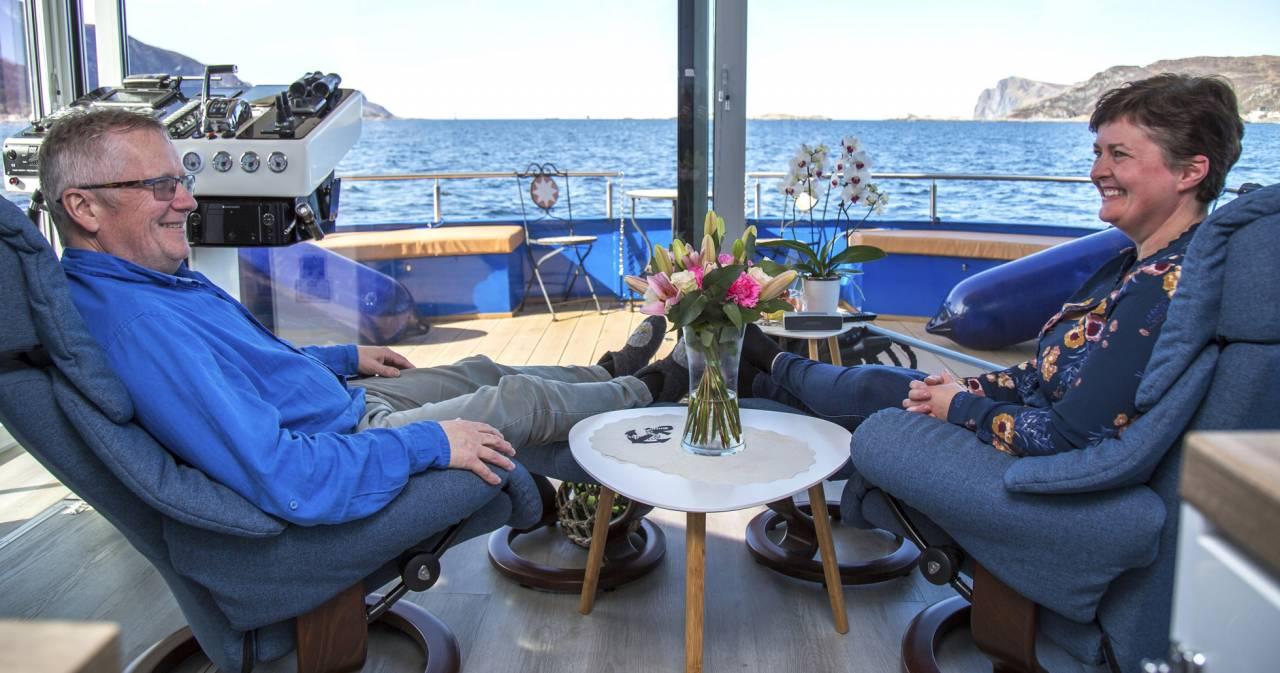 Jens och Jourunn sitter i varsin fåtölj och beundrar utsikten över havet